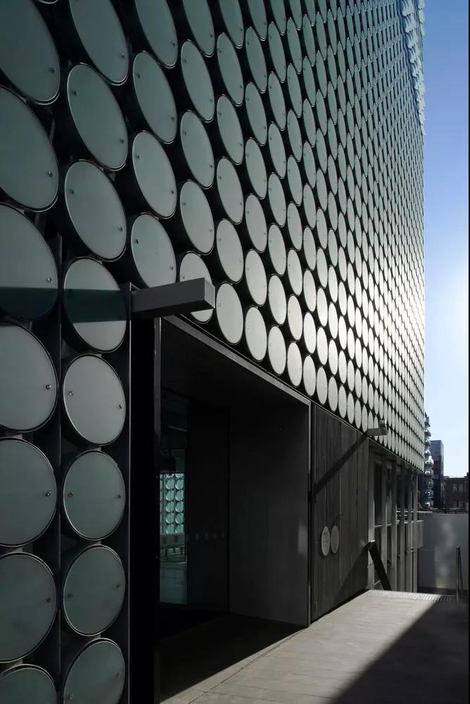 不一样的圆形遮阳,挺适合中国建筑